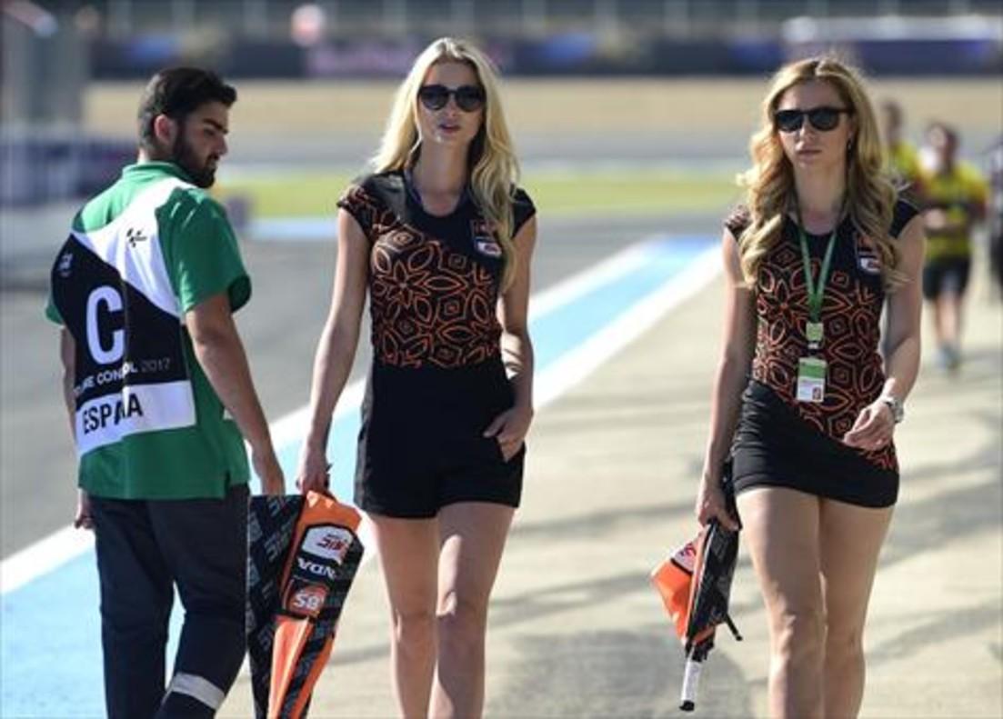 Dos azafatas pasean por el circuito.
