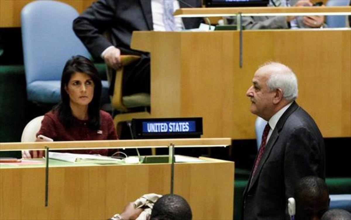 El embajador de Palestina ante la ONU, Riyad Mansour, pasa junto a la embajadora de EEUU, Nikki Haley.