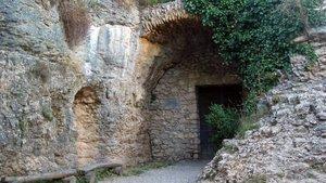 Entrada a la cueva del Parque Prehistórico de las Cuevas del Toll, en Moià.