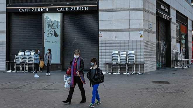 Entran en vigor las nuevas restricciones en Catalunya que cierran bares y restaurantes. En la foto, el emblemático bar Zúrich, en la plaza de Catalunya de Barcelona, cerrado.