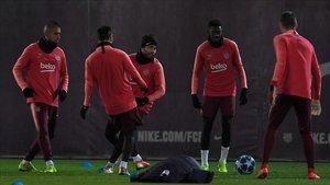 oto Arturo Vidal, Lionel Messi y Ousmane Dembele.