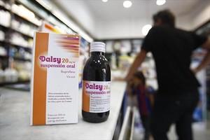 Un envase del medicamento infantil con ibuprofeno Dalsy en una farmacia de Barcelona, ayer,