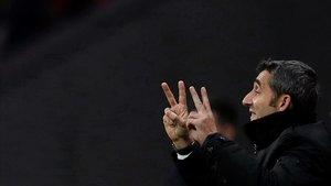 Ernesto Valverde da instrucciones a sus jugadores durante el Atlético-Barça.