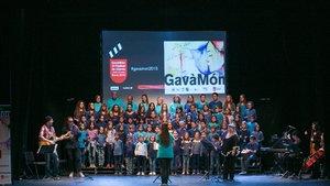La escuela Alba Massana junto a integrantes de Please en la inauguración del GavàMón 2015