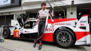 El español Fernando Alonso, junto a su Toyota, hoy, en Fuji (Japón).