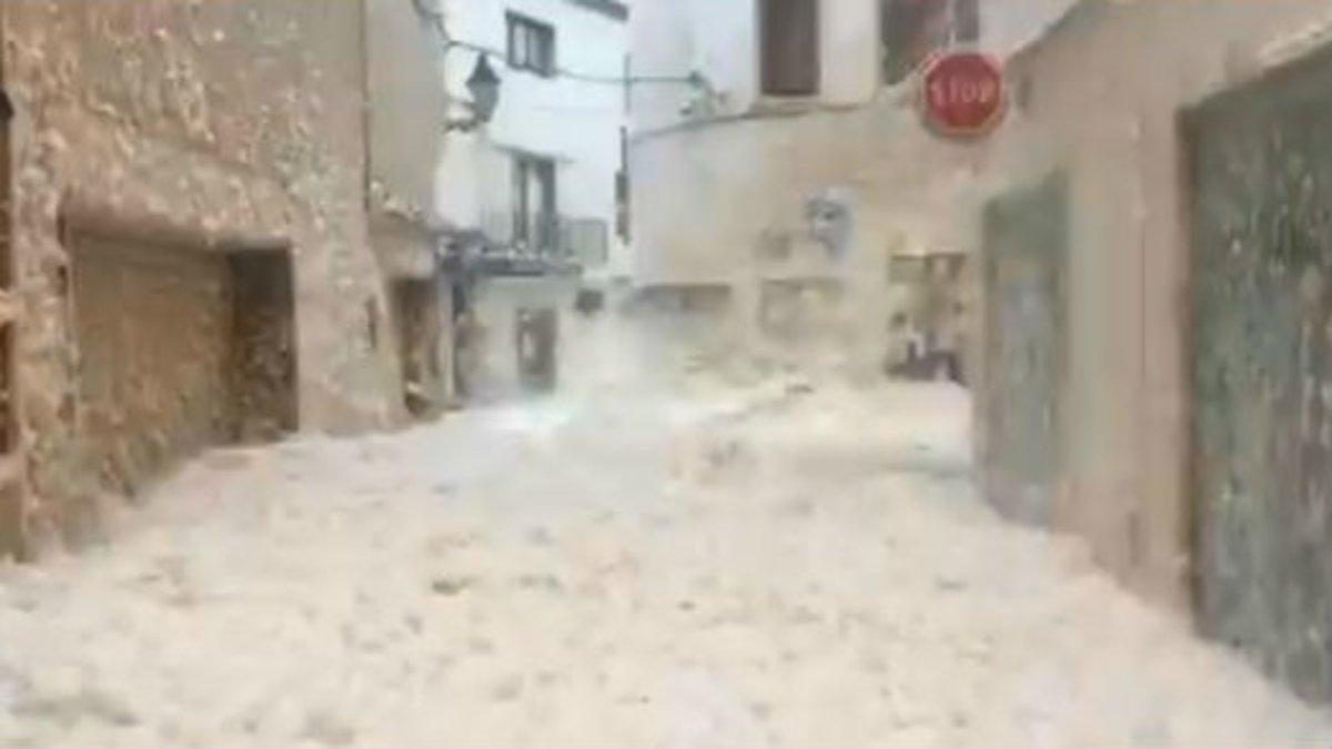 L'escuma del mar envaeix els carrers de Tossa de Mar pel temporal | VÍDEO