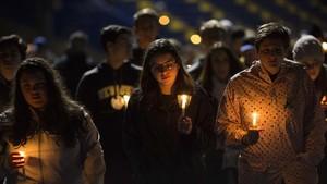 Estudiantes del instituto Newtown durante una vigilia por las víctimas de la masacre de Parkland, en Newtown (Connecticut), el 23 de febrero.