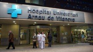 Fachada del Hospital Arnau de Vilanova de Lleida, donde han sidoingresados este martes los dos trabajadores intoxicados en el incendio de la nave industrial de Almacelles (Lleida).