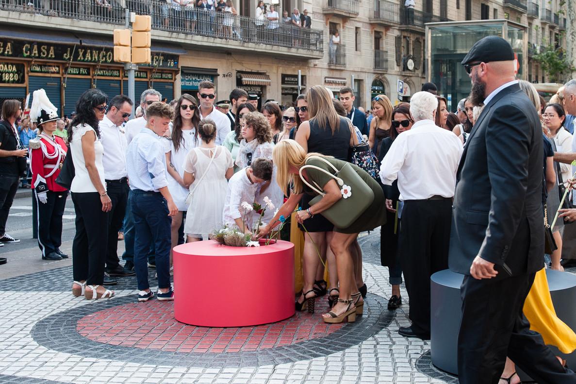 Familiares de los dos rubinenses fallecidos junto a la alcaldesa de Rubí en el momento de la ofrenda floral
