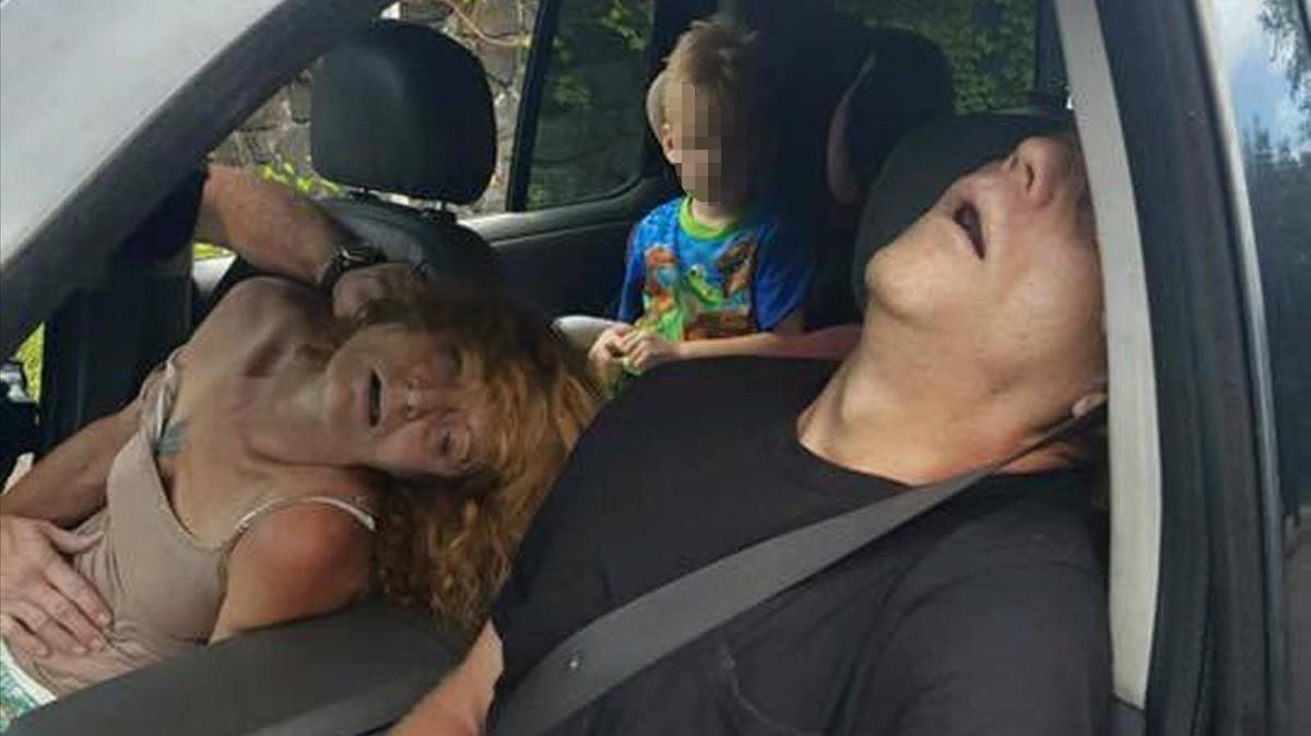 Un niño en el asiento trasero de un coche, con su madre y un hombre incoscientes por el consumo de heroína, en East Liverpool, estado de Ohio, en septiembre del 2016.