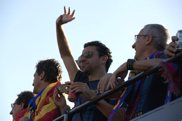 Xavi Hernández saludando a sus seguidores.