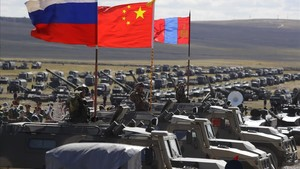 Las banderas de Rusia, China y Mongolia ondean durante las maniobra smilitares Vostok-2018