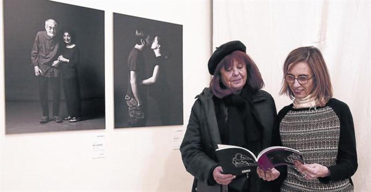 La fotógrafa Maria Espeus (izquierda), con Maria Güell en la presentación del libro #RavalKm0, de la Fundació Tot Raval, la semana pasada.
