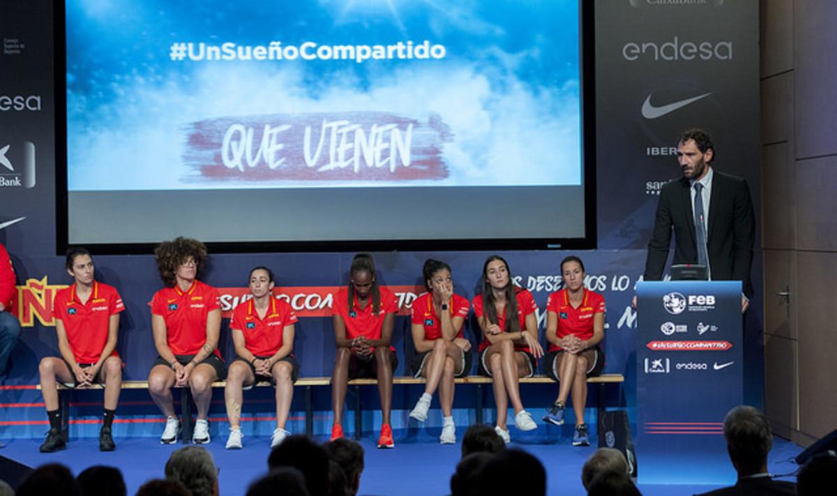 Garbajosa habla en un acto en la sede de Endesa de la selección femenina