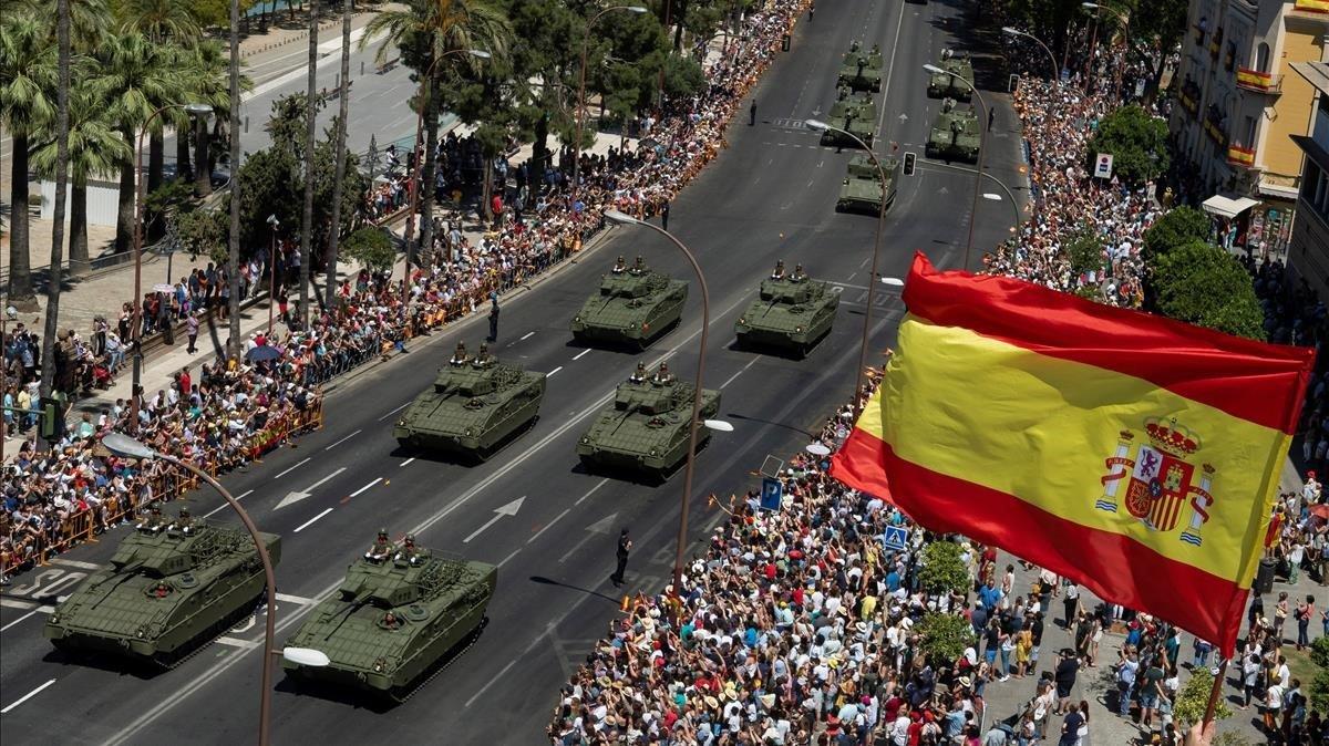 Desfile militar en Sevilla en elDía de las Fuerzas Armadas.