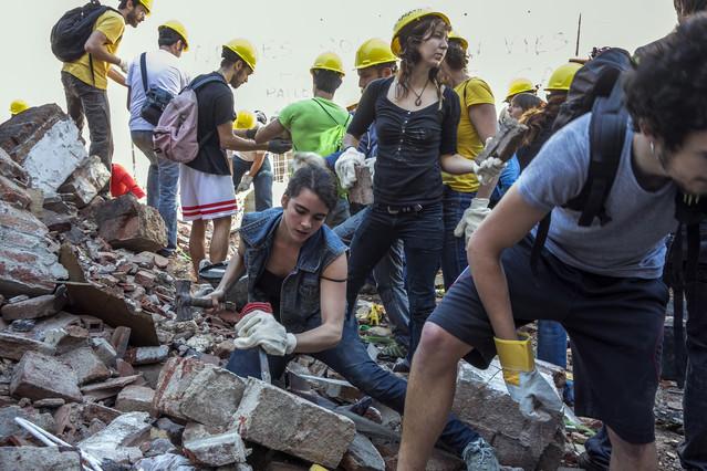 Un grup dactivistes durant els primers treballs de desenrunament de Can Vies per reconstruir el centre social.