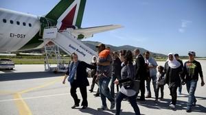 Un grupo de refugiados sirios a punto de tomar el avión con el Papa hacia el Vaticano.
