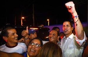 Guaidó (derecha) posa con unos simpatizantes en Ecuador.