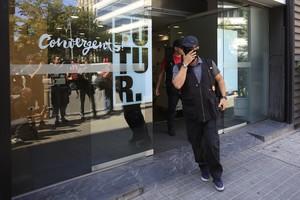 Un agent de la Guàrdia Civil a la sortida de la seu de Convergència al carrer Còrsega (Barcelona).
