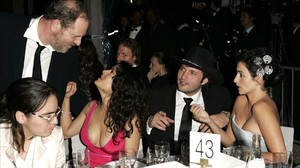 Harvey Weinstein habla con Salma Hayek en una fiesta, junto a Robert Rodríguez y Penélope Cruz, en el 2005.