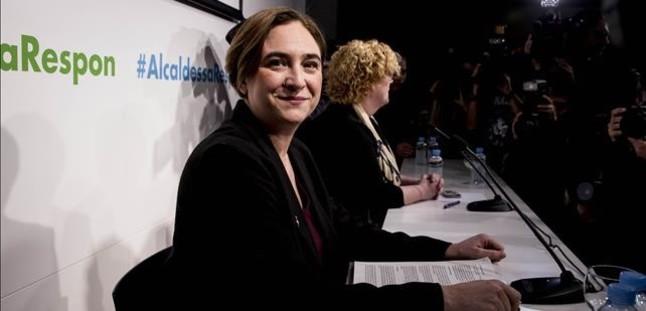 La alcaldesa Ada Colau junto a la decana del Col·legi de Periodistes de Catalunya, Neus Bonet, antes de la conferencia.