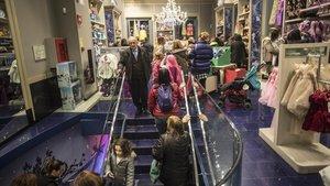 Imagen de archivo de un comercio abierto en un día festivo el Portal de lÀngel.