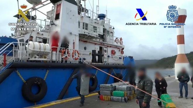 Incautados 3.300 kilos de cocaína en un carguero abordado en el mar.