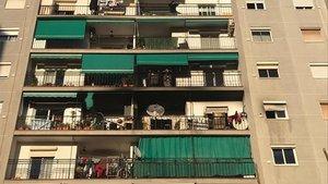 El incendio se ha declarado en una vivienda ubicada en la plaza Catalunya.