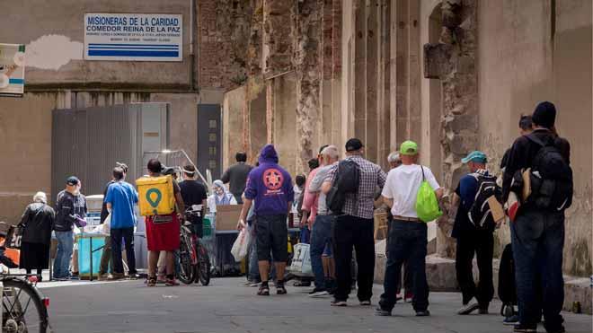 El ingreso mínimo vital se podrá solicitar desde este lunes. En la foto, colas para recoger comida en el Comedor reina de la paz de las Misioneras de la Caridad.