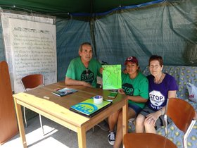 Ingrid, en el centro de la imagen, acompañada por el portavoz de la PAH L'Hospitalet, Didac Segura, y otra miembro de la plataforma