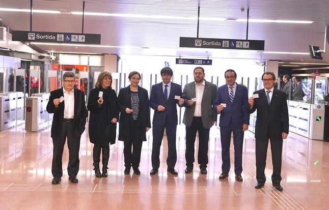 De izquierda a derecha, los alcaldes Lluís Tejedor (El Prat), Núria Marín (LHospitalet) Ada Colau (Barcelona), el president Carles Puigdemont, el vicepresidente Oriol Junqueras, el conseller Josep Rull y el expresident Artur Mas.