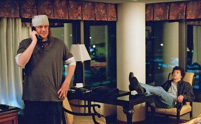 Jason Segel, como Foster Wallace (con su eterna bandana en la cabeza, y Jesse Eisenberg, en un momento del filme.