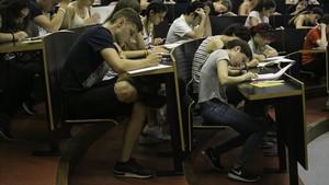 Estudiantes durante una prueba de selectividad en la Universitat Pompeu Fabra, el pasado junio.