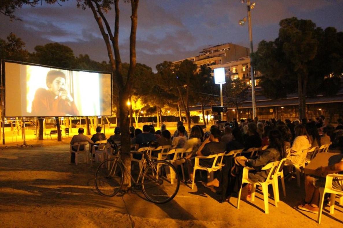 Una de las sesiones gratuitas de cineal aire libre en el Parc de Joan Miró.