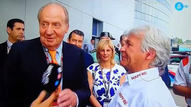 Juan Carlos hablaba con Ángel Nieto y no le gustó que el periodista Nico Abad le pusiera el micro.