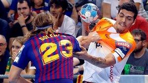 El jugador del Montpellier Mathieu Grebille intenta zafarse del marcaje del azulgrana Jure Dolenec, en el Palau Blaugrana.