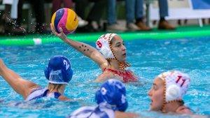 La jugadora de la selección Pili Peña controla el balón, en una imagen de archivo