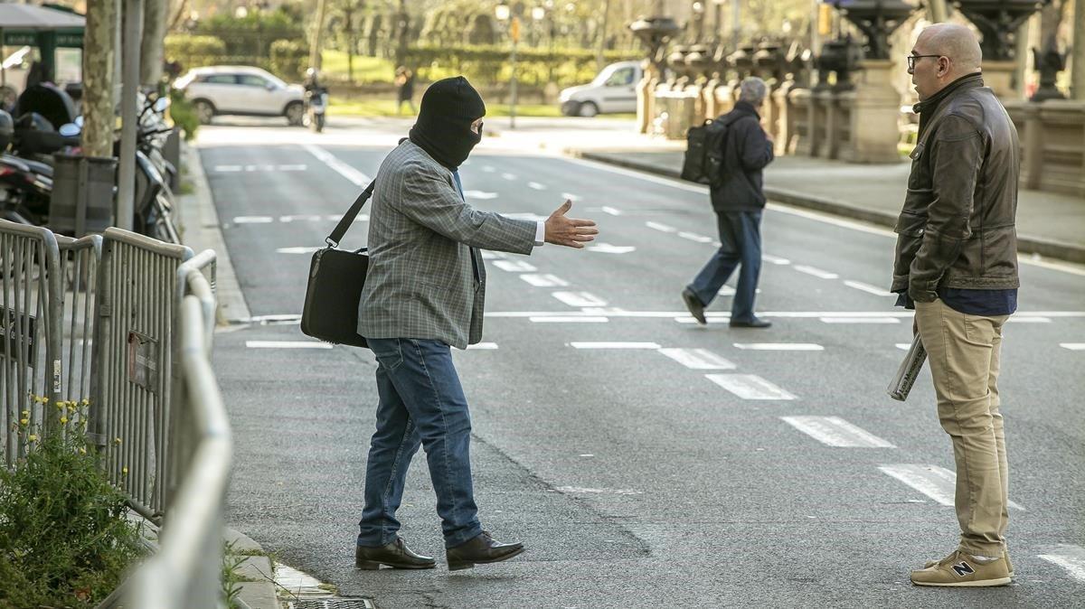 Joaquim Benítez tiende la mano a Manuel Barbero, que le niega el saludofrente a la Audiencia de Barcelona.