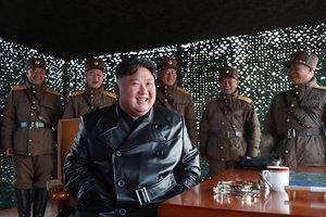 22/03/2020 El líder de Corea del Norte, Kim Jong Un, supervisando unos ejercicios de artillería de las Fuerzas Armadas norcoreanas