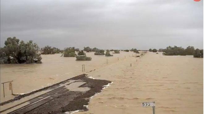 Las graves inundaciones en Australia dejan miles de evacuados. En la imagen, y en el vídeo, una vía de tren queda sumergida bajo las aguas en Neila, Queensland.