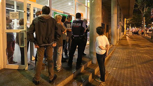 Las instrucciones de los Mossos a los ocupantes de un colegio que será sede electoral para el referéndumen Barcelona.