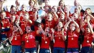 Las jugadoras de la seleccion espanola levantan el trofeo de campeonas tras vencer a Holanda por 54-0 en la final del Campeonato de Europa femenino de rugby.