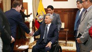 Lenín Moreno saluda al subsecretario de Asuntos Políticos de EEUU, David Hale, en una visita a Quito este jueves.