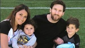 Leo Messi posa con su esposa Antonella Rocuzzo, Mateo, Thiago (en sus brazos) y Ciro, nacido el pasado 10 de marzo.