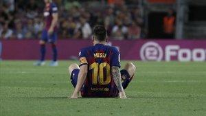Leo Messi yace en el campo tras notar molestias en el aductor izquierdo en el partido ante el Villarreal.