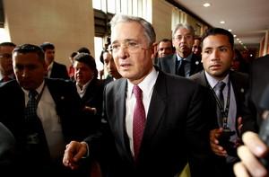Lexpresident Álvaro Uribe, després de retirar-se del debat al Congrés, dimecres a Bogotà.