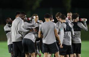 Los jugadores del Liverpool se refrescan durante el entrenamiento en Catar.