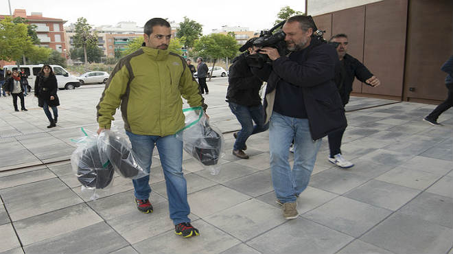 Llegada a los juzgados de El Vendrell del maletín y los tres maletines incautados en los registros de CDC.
