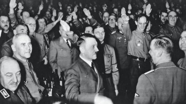 Adolf Hitler, en la cervecería de Múnich donde tuvo lugar el atentado, minutos antes de la explosión.