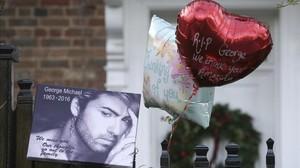 Recuerdos de los fans en las puertas de su domicilio.